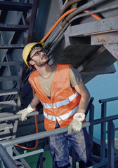 Deutschland, Augsburg, Arbeiter stehend auf große Maschine