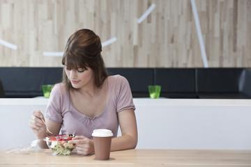 Deutschland, Köln der Frau mit Salat im Restaurant