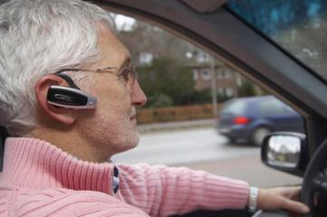 Deutschland, Hamburg, erwachsener Mann mit Headset, Taxi