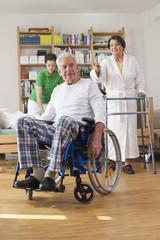 Deutschland, Leipzig, Senior, Rentner sitzt im Rollstuhl, Frau mit Rollator