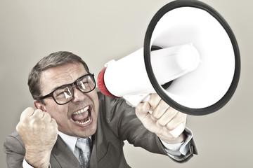 Nahaufnahme der Geschäftsmann schreiend durch Megaphon gegen grauen Hintergrund