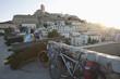 Spanien, Ibiza, Eivissa, Erwachsene und Frau mit Fahrrad