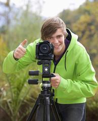 Österreich, Junger Mann mit Kamera
