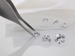 Pinzette greift einen Diamanten