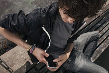 Deutschland, Berlin, Teenager-Jungen mit Handy