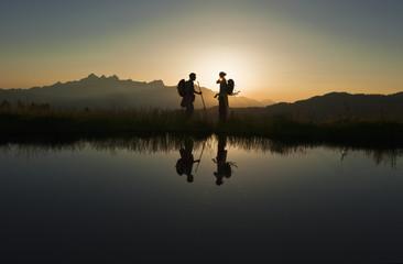 Österreich, Salzburg, Paar vor Sonnenaufgang