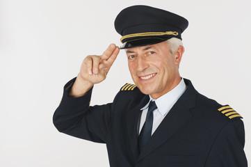 Pilot salutiert vor weißem Hintergrund