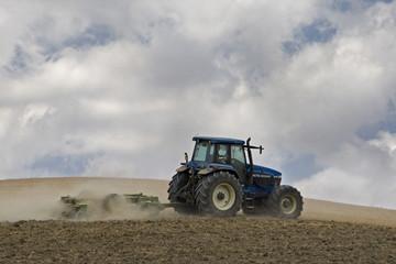 Italien, Toskana, Traktor fahren über Feld