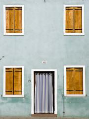 Italien, Venedig, Burano, Hausfassade, geschlossenen Fensterläden, Haustür mit Vorhang
