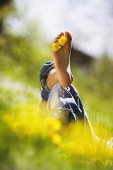 Entspannung mit Blumen zwischen den Zehen