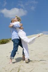 Älteres Ehepaar, spielen Boccia, umarmen