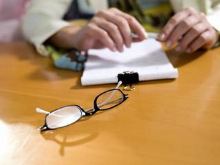 Brille auf dem Schreibtisch liegend