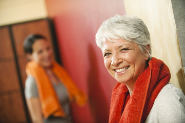 Zwei Frauen in der Umkleidekabine, Lächeln