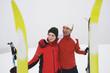 Italien, Süd-Tirol, Paar in Winterkleidung, Skier in Vordergrund