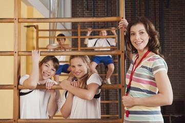 Deutschland, Emmering, Frau und Mädchen mit Jungen im Hintergrund