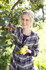 Deutschland, Sachsen, Junge Frau mit Gemüse