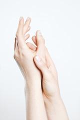 Frau reibt ihre Hände zusammen