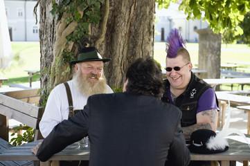 Deutschland, Bayern, Oberbayern, Drei Männer im Biergarten