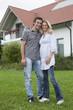 Deutschland, München, Paar steht vor dem Haus