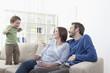 Deutschland, Bayern, München, Sohn spielen eine Handlung vor Eltern im Wohnzimmer