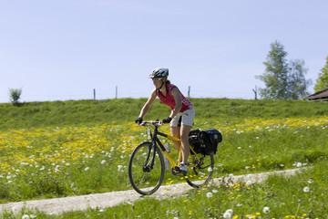 Deutschland, Bayern, Oberland, Frau Mountainbiken über Feldweg