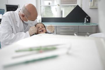 Deutschland, Bayern, Landsberg, Dentist and Mädchen in der zahnärztlichen Chirurgie
