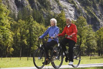 Österreich, Karwendel, älteres Paar, Senioren, Radfahren