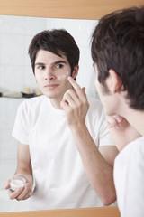 Junger Mann, Sahne auf seinem Gesicht