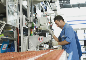 Deutschland, Nürnberg, Junger Mann arbeitet in der Fabrik