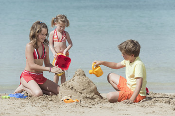 Spanien, Mallorca, Kinder bauen Sandburg am Strand