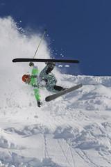 Österreich, Tirol, Kitzbühel, Mann Absturz beim Skifahren