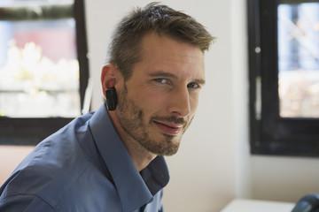 Geschäftsmann im Büro mit Headset