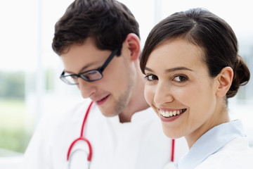 Deutschland, Bayern, Diessen am Ammersee, zwei jungen Ärzten
