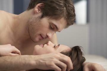 Junges Paar liegt auf dem Bett, close up