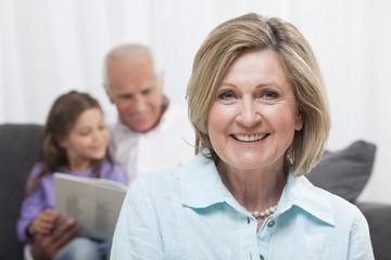 Großmutter mit Enkelin und Großvater in Hintergrund