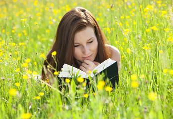 Österreich, liegende Junge Frau auf Blumenwiese