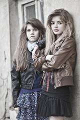 Deutschland, Bayern, Zwei Mädchen in Seitenstraße