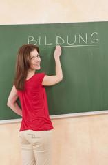 Deutschland, Emmering, Frau schreibt an Tafel
