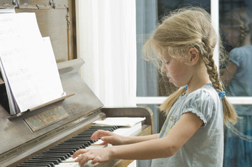 Deutschland, Bayern, Mädchen spielt Klavier