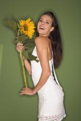 Junge Frau hält eine Sonnenblume