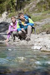 Deutschland, Oberbayern, Paar hockend, Pause beim Wandern