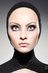 wielkie oczy młodej kobiety