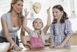 Deutschland, Köln, Mutter und Kinder, Vorbereitung Teig