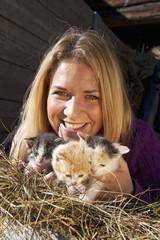 Österreich, Salzburg, Flachau, Frauen hält kitten in Heu