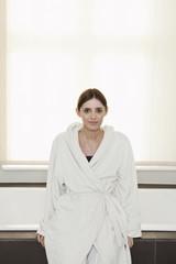 Deutschland, Berlin, erwachsene Frau sitzt auf dem Badewannenrand