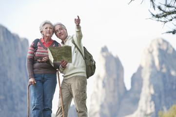 Italien, Südtirol, Älteres Paar mit Karte Wandern in den Dolomiten