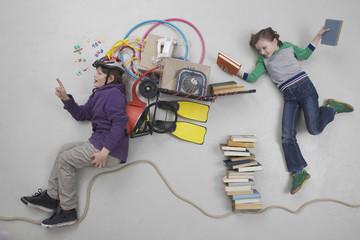 Junge rechnet während Mädchen Bücher hält