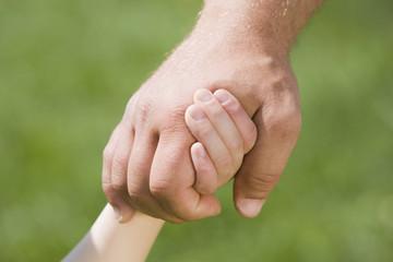 Deutschland, Bayern, München, Mann und Kind Hand in Hand