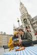 Deutschland, Bayern, München, Paar prostet sich mit Bierkrügen zu