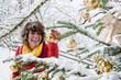 Österreich, Land Salzburg, Flachau, junge Frau schmückt Weihnachtsbaum im Winter